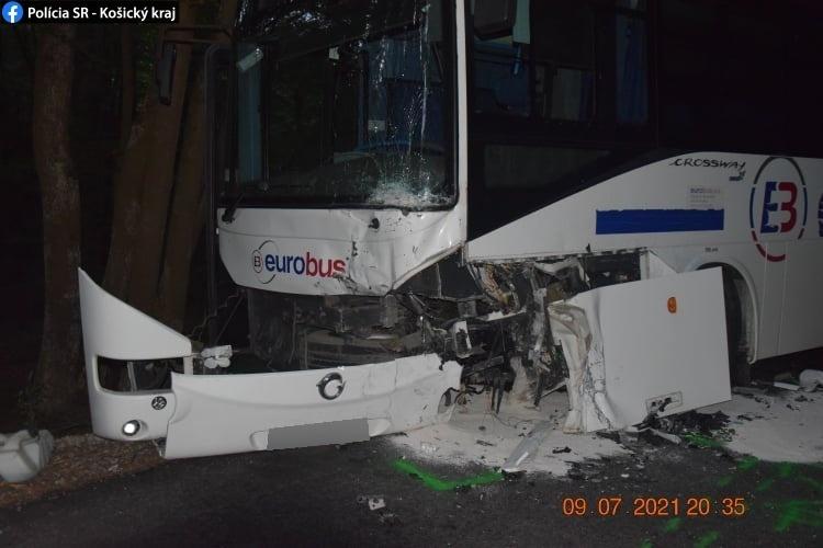 Pri Rozhanovciach narazilo auto do autobusu.