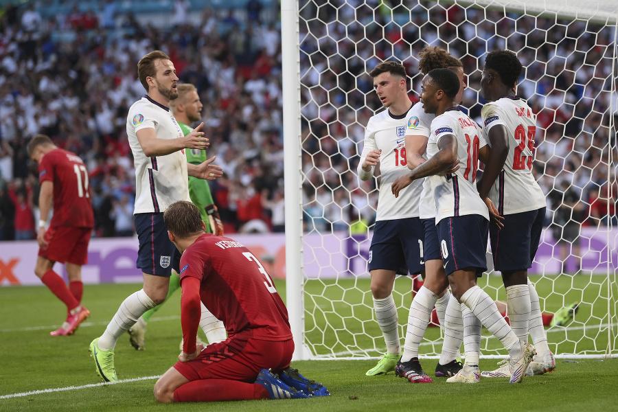 Anglickí futbalisti sa tešia