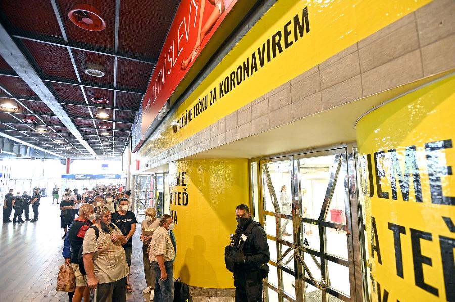 V Prahe spustili vakcináciu v obchodnom centre aj na železničnej stanici bez objednávok.