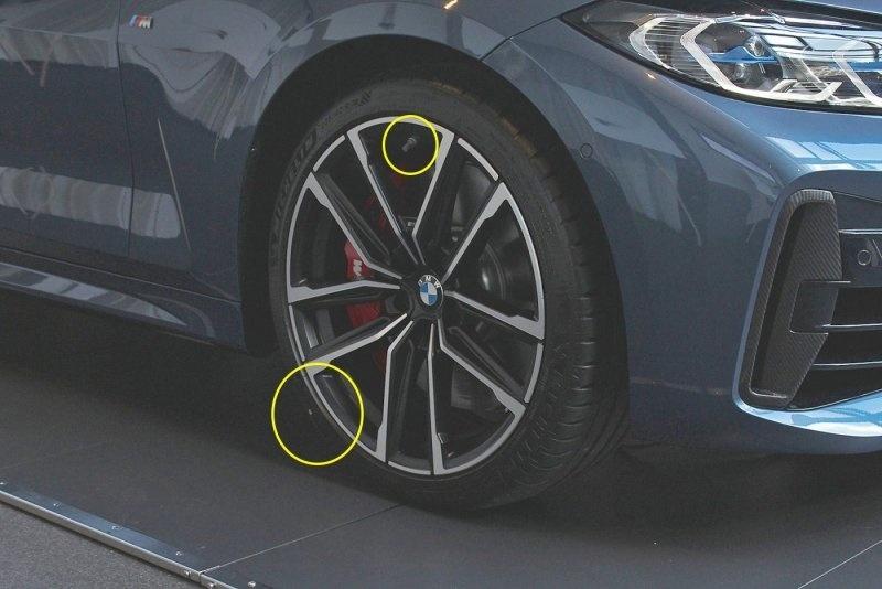 """""""Nesprávne"""" umiestnenie ventila pneumatiky na novom BMW 4 Coupé? Spravidla sa má ventil umiestniť na miesto žltej značky."""