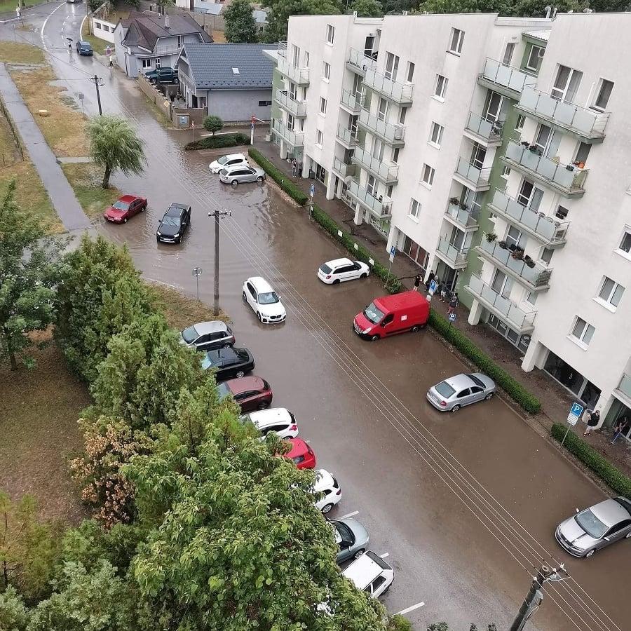 Po búrke voda v Šamoríne zaplavila ulice