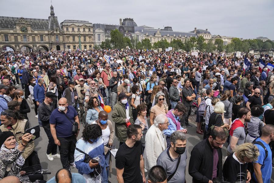 Viac ako 100-tisíc ľudí, zväčša podporovatelia krajnej pravice a ľavice, vyšlo v sobotu do ulíc francúzskych miest.