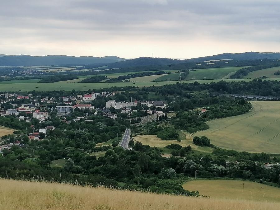 Mesto Hanušovce nad Topľou s viaduktom, ako ho vidieť z Medzianskeho hrádku.