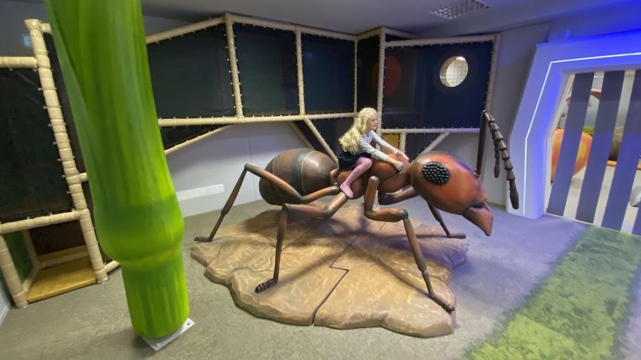 Janka (9) na mravcovi.