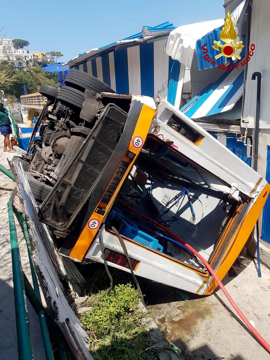 Autobus prerazil ochranné zábradlie