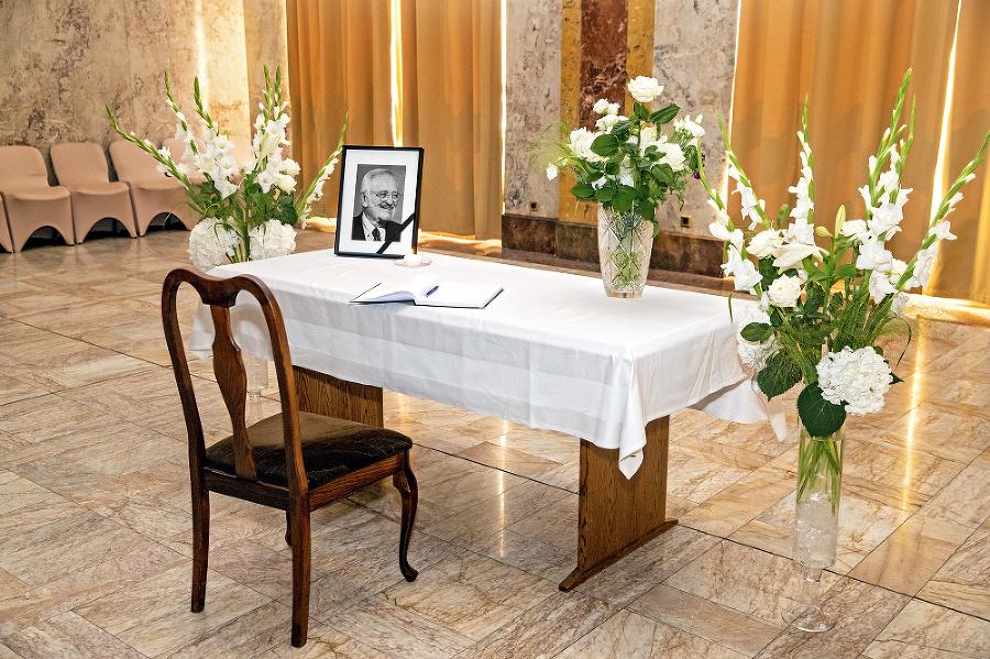 Na ministerstve sa dá podpísať do kondolenčnej knihy.