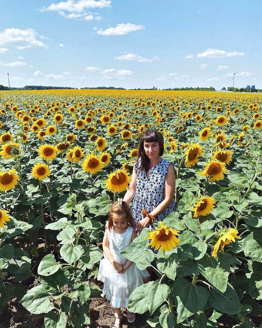Medzi slnečnicami sa dobre cíti aj Tamara Heribanová s dcérkou.