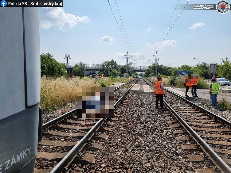Na železničnom priecestí Vrakúnska cesta v Bratislave vyhasol ľudský život.