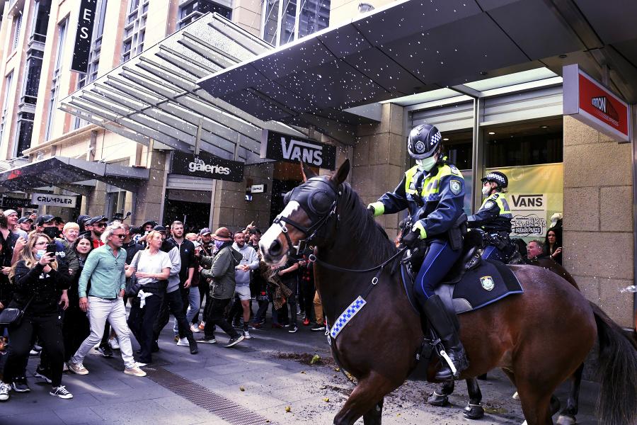 V Sydney vyšli do ulíc tisíce odporcov tvrdého lockdownu, ktorý v tomto mesta trvá už mesiac.