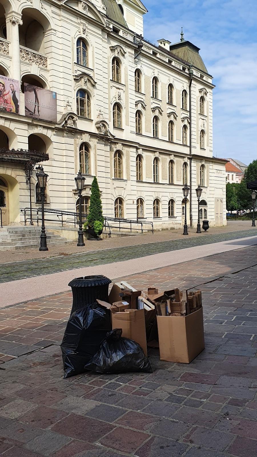 Praktiky podnikateľov rieši aj mestská polícia a jej envirohliadky, hromadiaceho odpadu však neubúda.