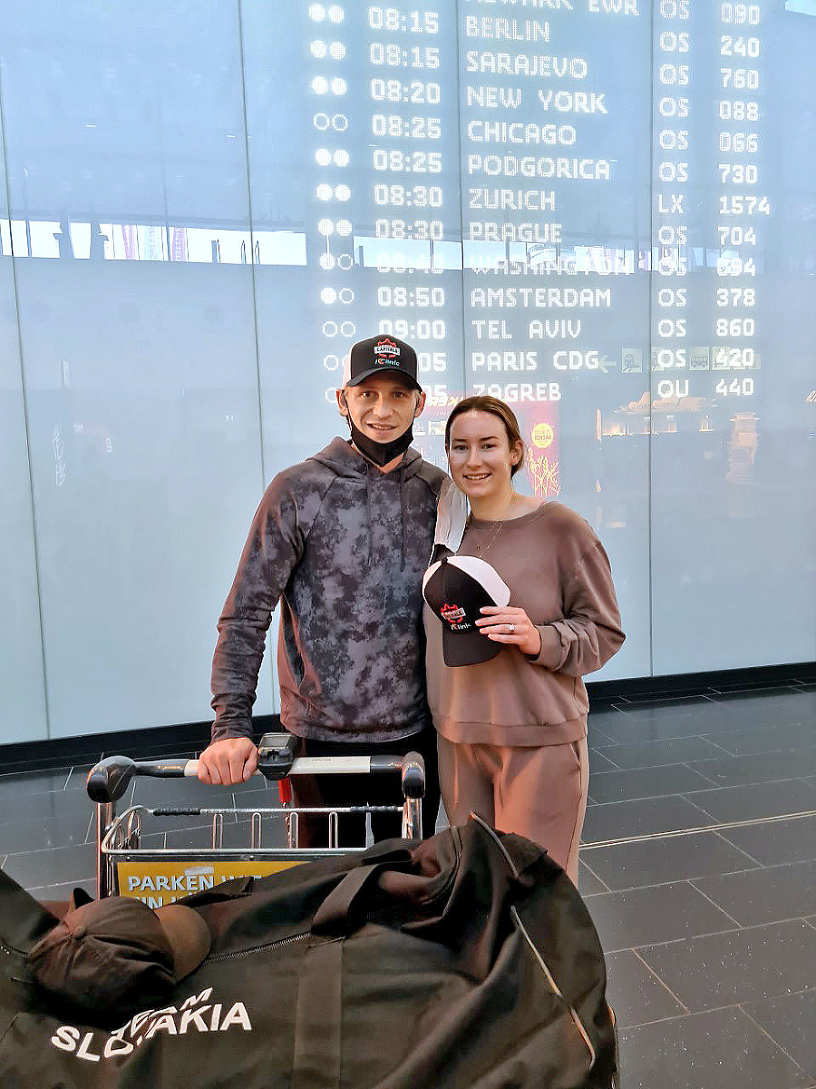 Nová posila hokejistov Bratislava Capitals: Bondra priletel so ženou Victoriou