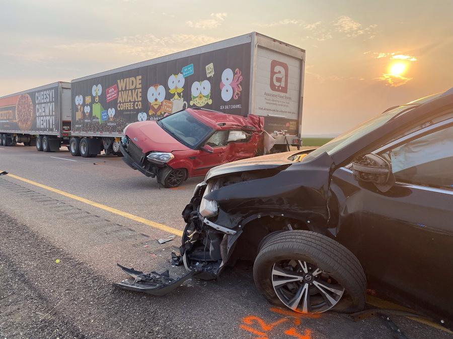 Najmenej 7 ľudí zomrelo v hromadnej havárii 20 áut v piesočnej búrke.