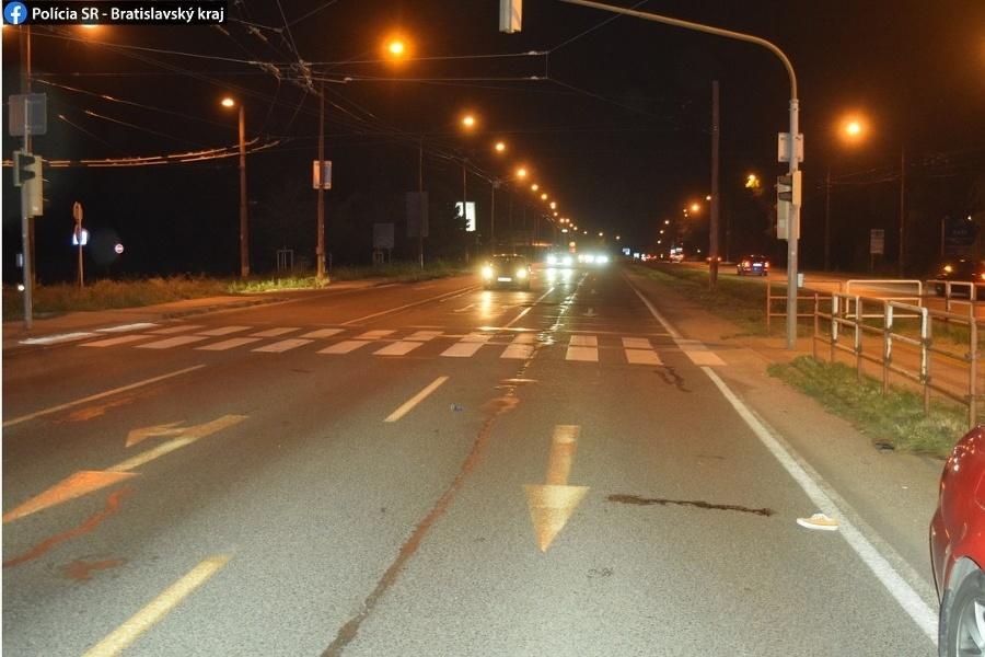 Pri nehode v Bratislave sa ťažko zranila 18-ročná chodkyňa.