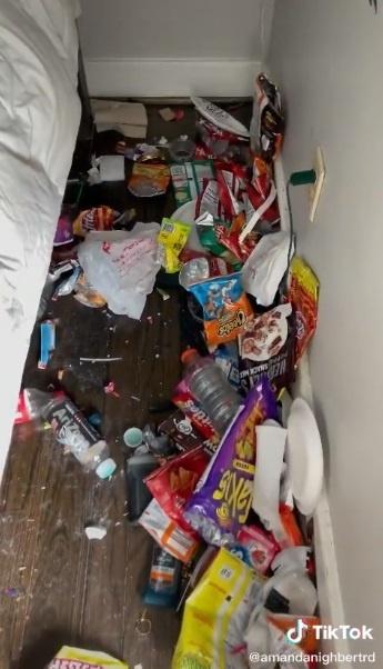 Pod posteľou tínedžera sa nachádzal obrovský neporiadok.