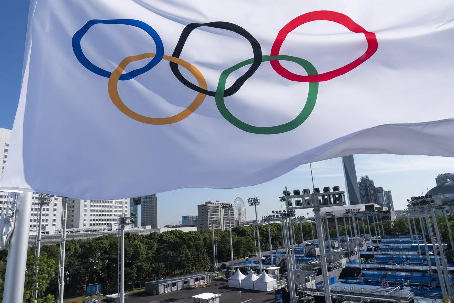 Olympijská vlajka veje nad