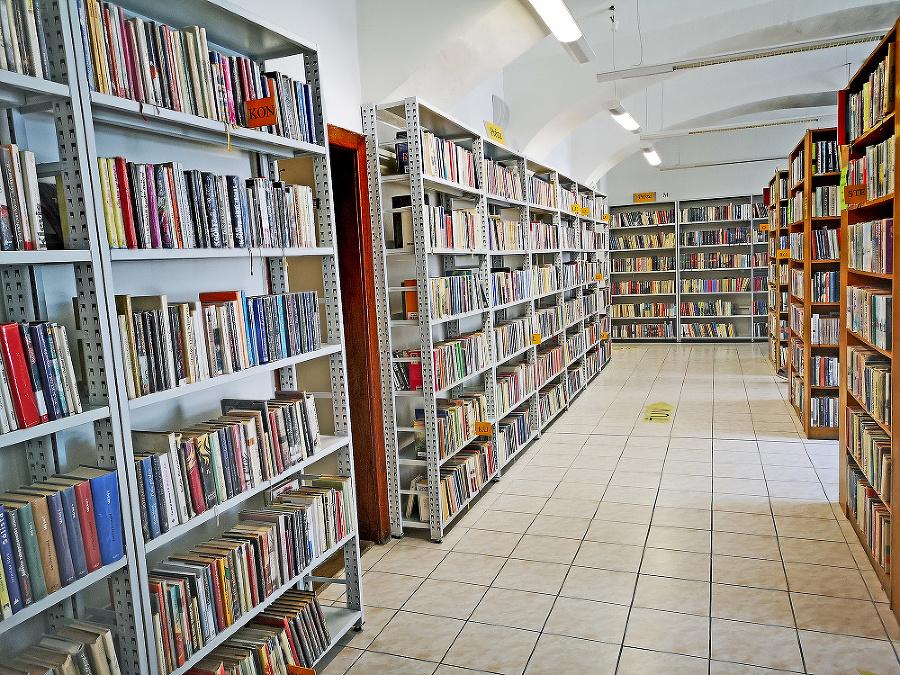 V priestoroch tejto trenčianskej knižnice si muž ukájal svoje zvrhlé chúťky na malých deťoch.