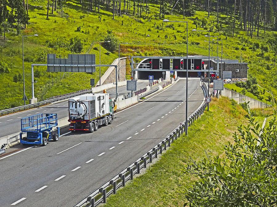 V strede sezóny zatvorili jeden smer tunela Bôrik .
