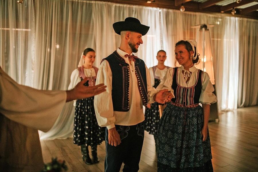 Svadobné čepčenie je jednou z najkrajších a stále veľmi obľúbených slovenských tradícií.