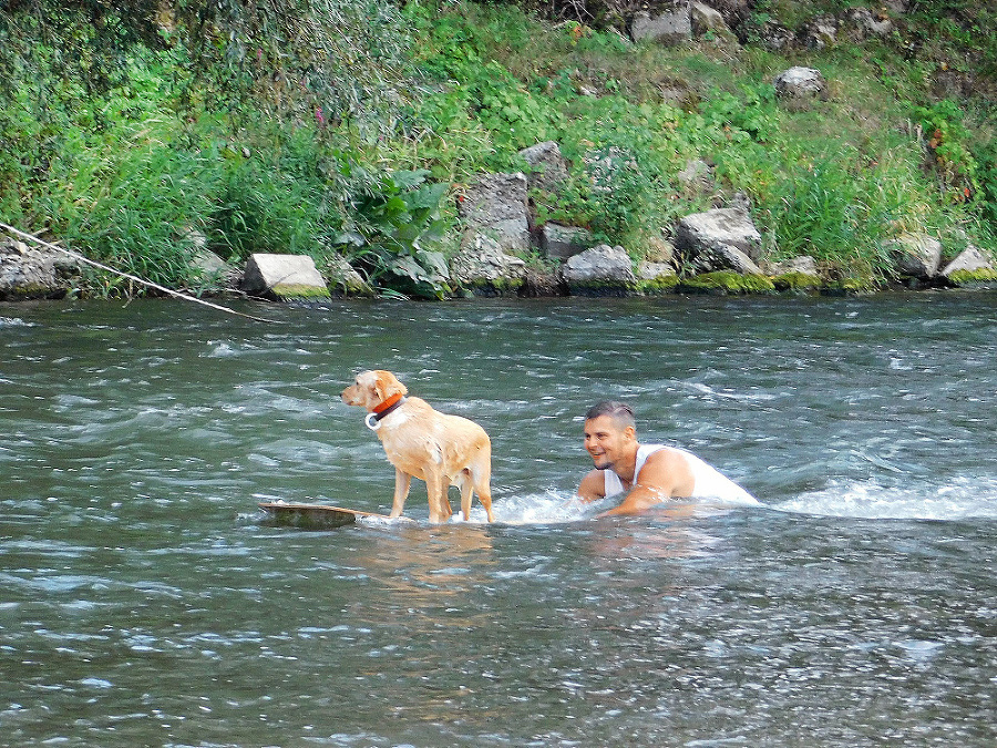 """Vodné """"hrátky"""" na Váhu si Erik užíva aj so svojím psom."""