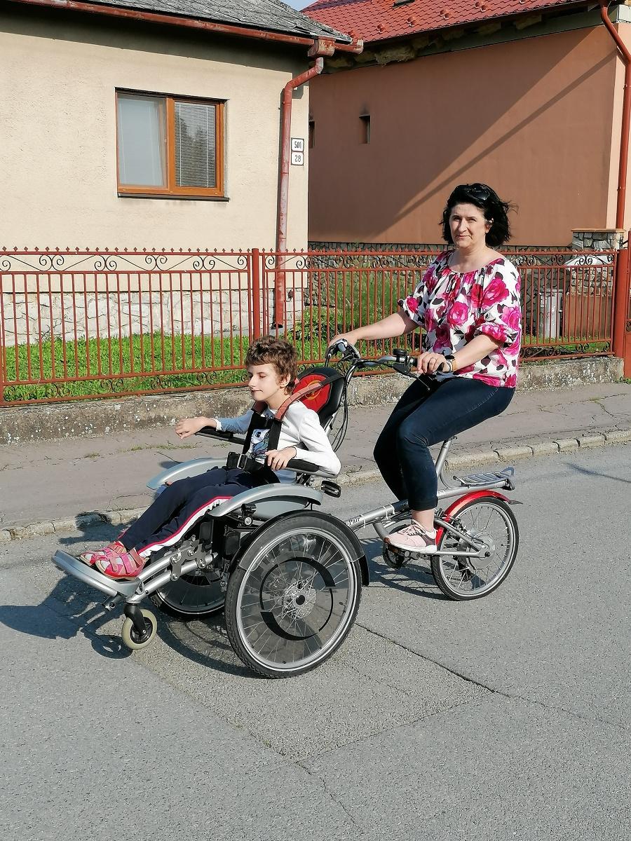 Mária z OZ Pomáhame už vozí na špeciálnom bicykli aj svoju dcérku Zoru (15).