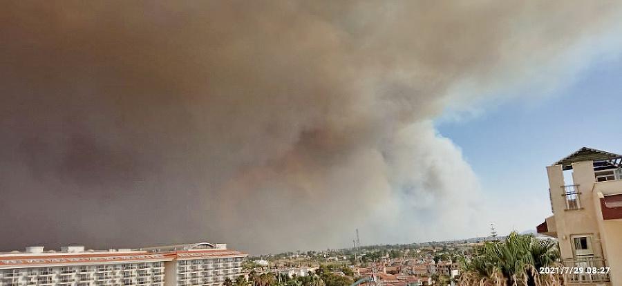 Oblohu zachvátil dym a z neba padá na ľudí popol.