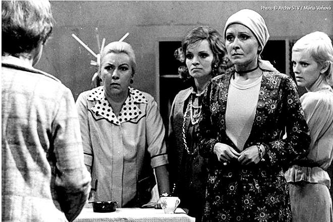 Predajňa 004 (1975): Inšpektora hral Stano Dančiak († 75), predavačky - zľava Magda Paveleková († 84), Ida Rapaičová, Zora Kolínska († 60) a Jarmila Koleničová.