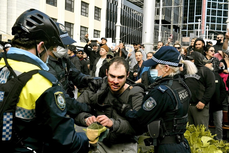 V Sydney sa objavili protesty proti obmedzeniam.