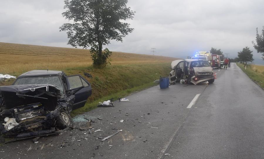 Pri čelnej zrážke dvoch vozidiel prišla o život 82-ročná žena.