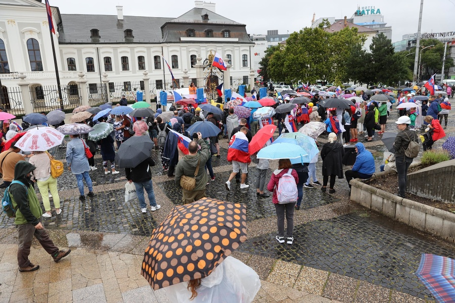 Zábery z protestu pred