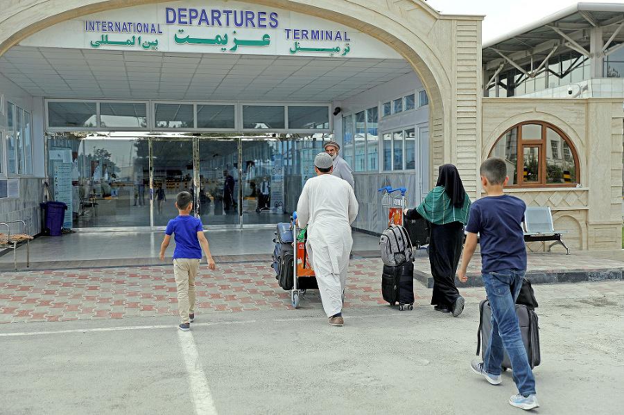 Jediná cesta z Afganistanu vedie cez preplnené letisko.
