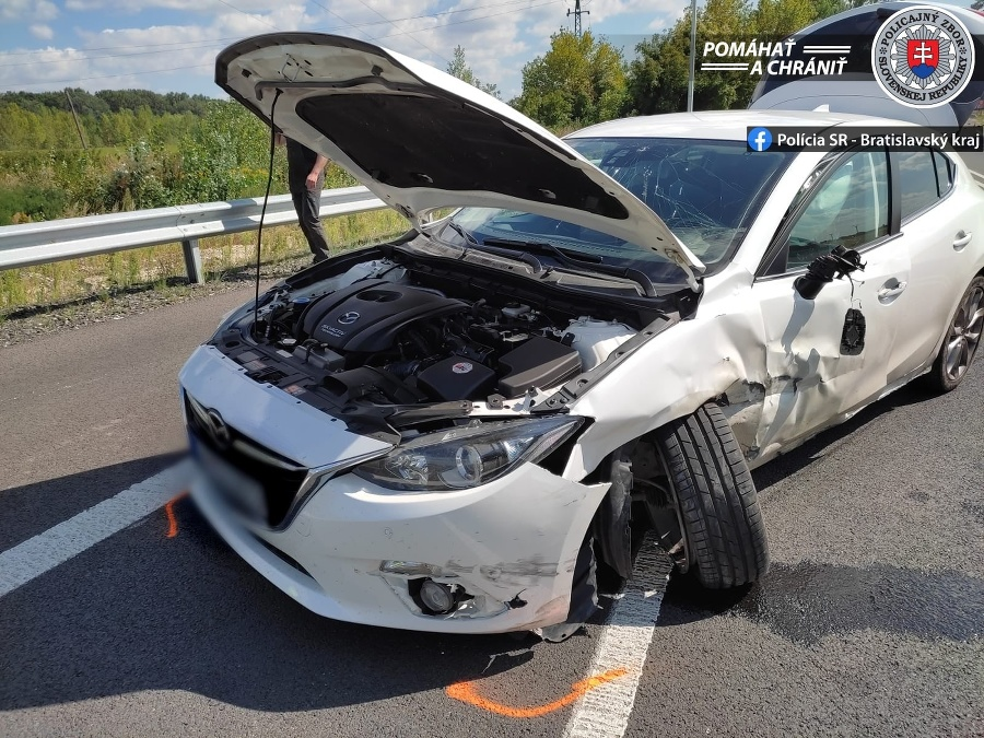 Nehoda obmedzila dopravu na danom úseku.