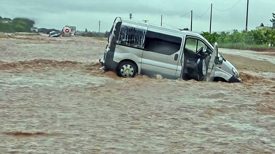 Hasiči zachraňovali ľudí z áut.