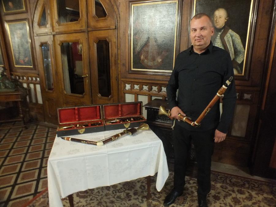 Vedúci skupiny Lotz Trio Róbert Šebesta (49) pri dobových historických basetových rohoch, ktoré sú súčasťou zbierky z hradu Krásna Hôrka.