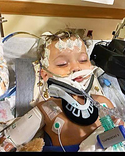 Chlapček bojoval o život napojený na prístroje.