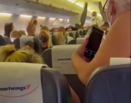 Plné lietadlo dovolenkárov malo