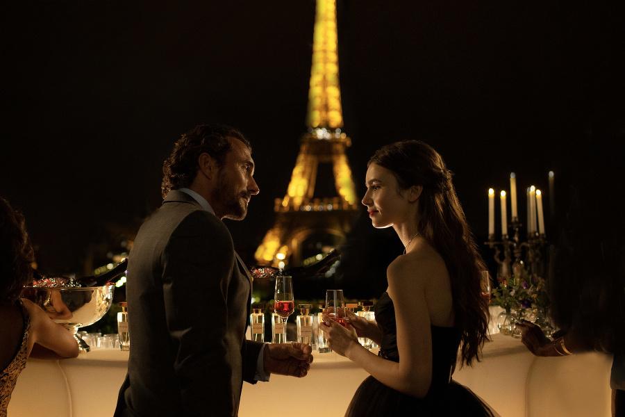 Herečka Lily Collins v seriáli Emily in Paris.
