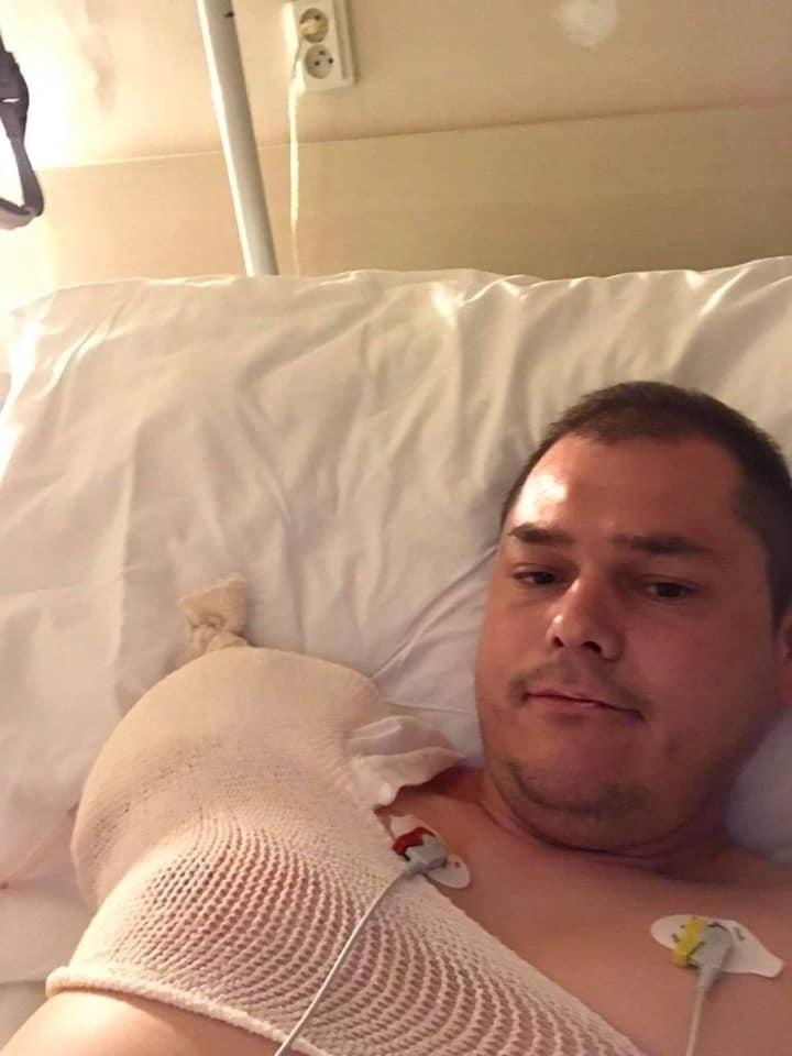 Ján sa po operácii zotavoval na lôžku.