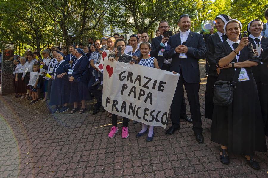 Veriaci pred príchodom pápeža
