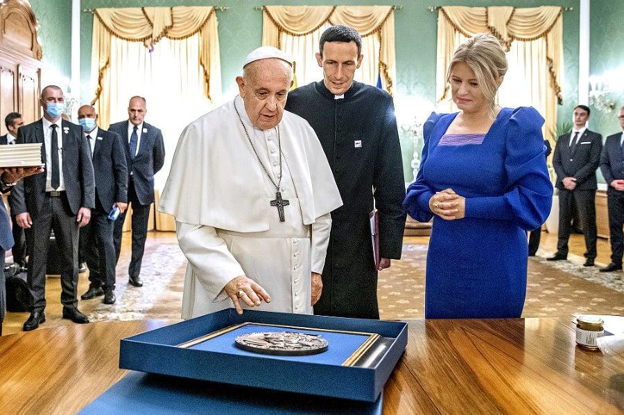 Pápež daroval prezidentke medailu.