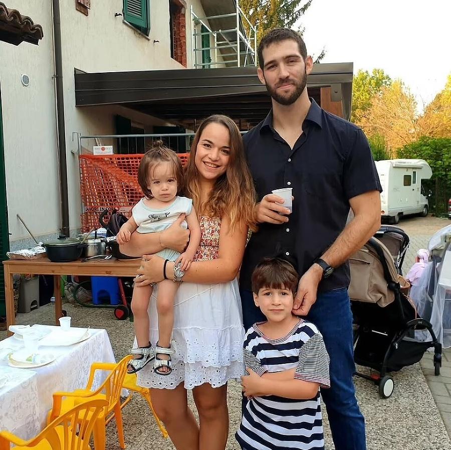 Z malej rodinky prežil iba Eitan (vpravo dolu).