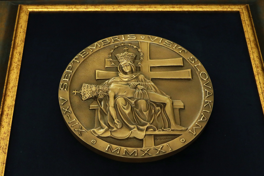 Dar Pápeža pre prezidentku.
