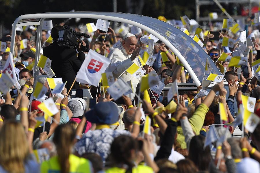 Pápež František prichádza na