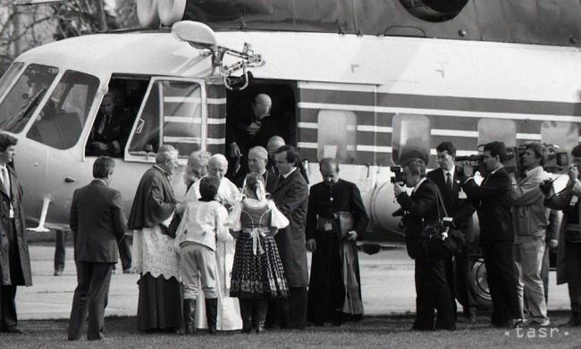 Aj Jána Pavla II. na Slovensku vítali deti zo súboru Lúčka.