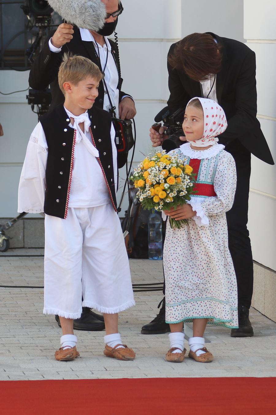 Pápeža privítali deti zo