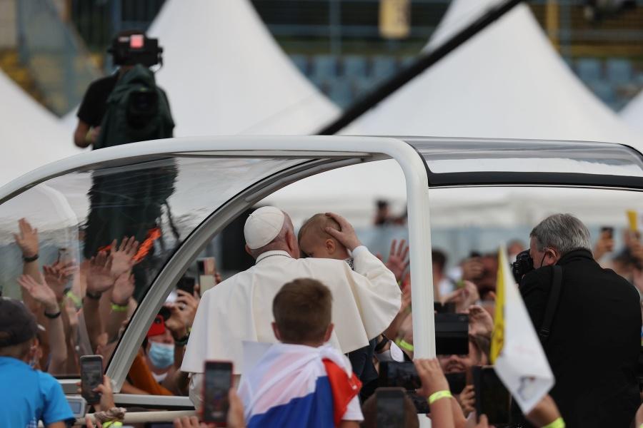 Pápež prišiel na štadión