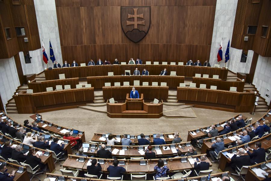 Poslanci počas rokovania 28.