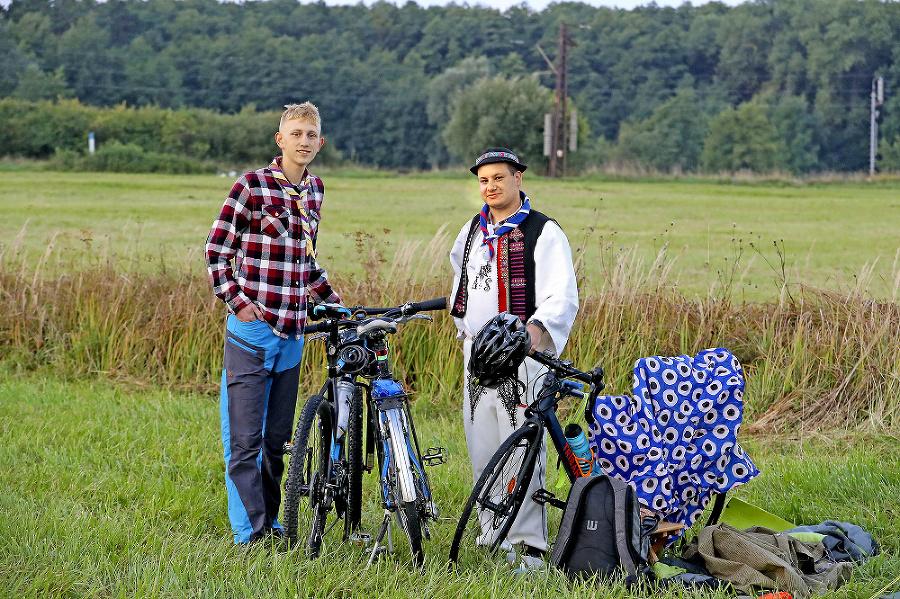 Na bicykloch a v krojoch.