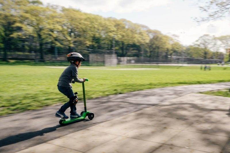 Klasická kolobežka nemá spodnú vekovú hranicu, ani tá elektrická. Ak ale používateľ elektrickej kolobežky chce jazdiť po ceste, musí mať aspoň 15 rokov.