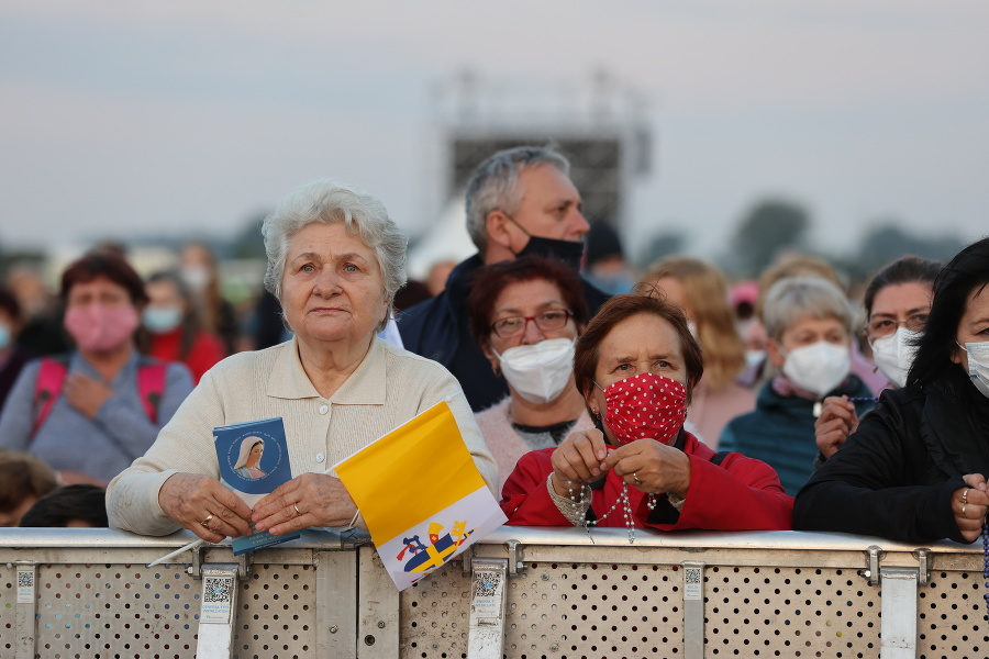Na príchod pápeža čakali v Šaštíne masy veriacich.