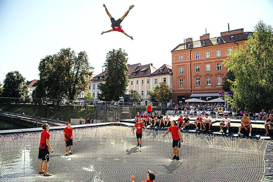 Akrobati tu lietali vzduchom.
